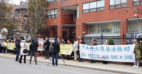 '图1:多伦多法轮功学员在中领馆前举行集会,要求总理特鲁多访华期间向中国政府提出停止迫害法轮功,并要求释放关押的加拿大公民及十二位加拿大人的亲属。'