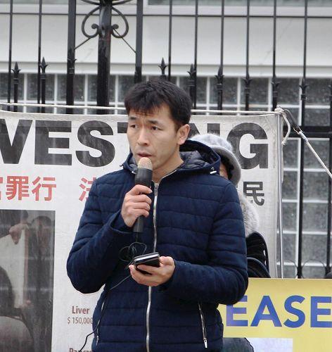 '图4:多伦多法轮功学员范文拓呼吁释放在大陆受迫害的母亲骆艳杰。'