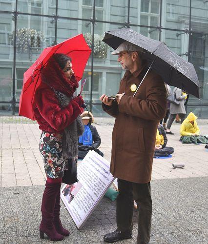 图4:波兰法轮功学员在波兹南市中心冒雨讲真相 征签反迫害