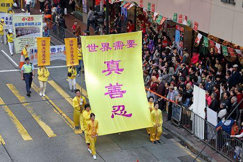图5~7:法轮功学员的游行吸引游客及香港市民关注。