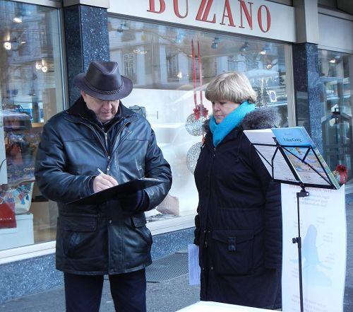 '图1~3:瑞士民众签名支持法轮功反迫害'