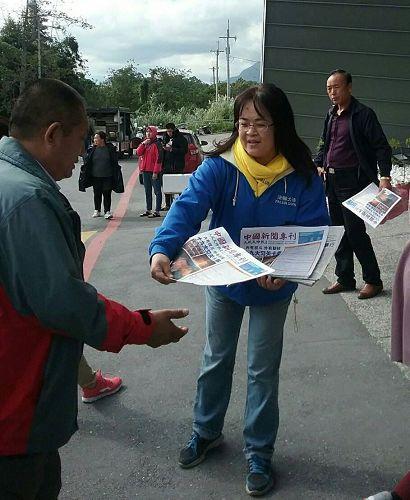 '图1~2:台湾花莲法轮功学员到太鲁阁火车站前讲真相,给大陆游客派发资料。'