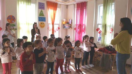 图3:二十名学龄前儿童被老师聚集在课堂上一起学炼法轮功