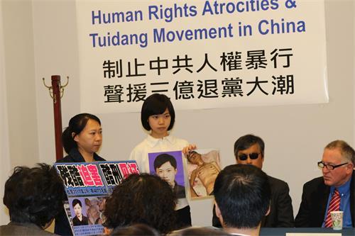 '图2:徐鑫洋在研讨会中展示了父亲遭迫害前后的对比照片。'