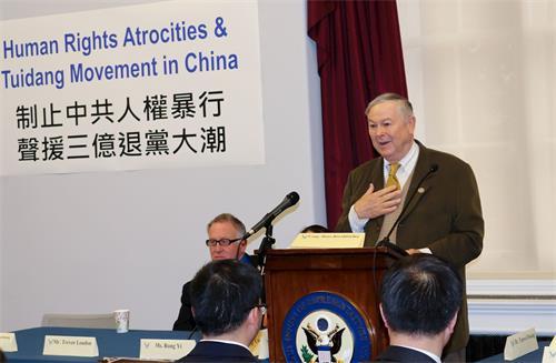 '图6:美国众议院资深议员达纳·罗拉巴克(DanaRohrabacher)在研讨会上发言。'