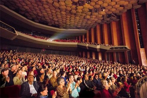 '图1:二零一七年十二月二十三日下午,神韵艺术团在德州休斯顿琼斯厅表演艺术剧院的第二场演出再爆满,门票提前售罄,加座亦被抢购一空。'