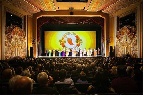 '图2:二零一七年十二月二十日晚,神韵艺术团再次莅临佛蒙特州伯灵顿演出,大雪难挡观众观看神韵晚会的热情。'