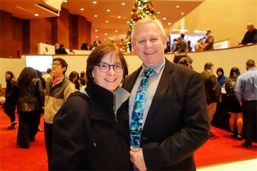 """'图6:音乐家GeneKeen携妻子观看神韵演出后说:""""神韵展现了伟大的乐章。""""'"""