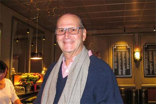 '图9:十二月二十二日,前银行家JorgeJunquera在伯灵顿观看了神韵演出,希望永远生活在神韵带来的梦境中。'