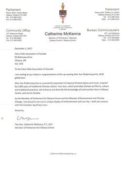 '图1~2:联邦环境部长、自由党国会议员麦克纳(CatherineMcKenna)对2018年即将到来的神韵巡演表示祝贺。'