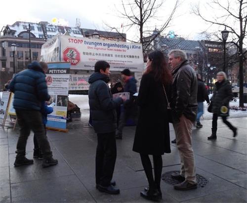 '图1~2:挪威法轮功学员发放传单,讲述中共残酷迫害法轮功的事实真相'