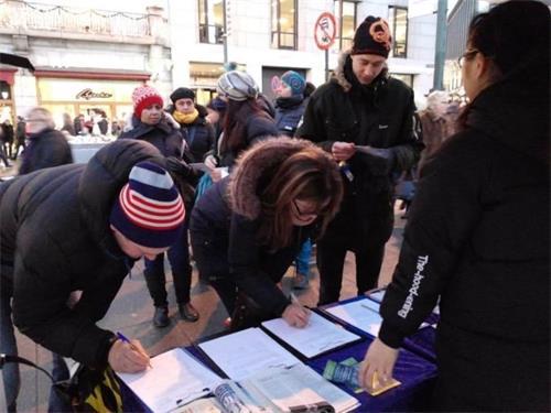 '图3~4:挪威民众签名,谴责中共迫害法轮功'