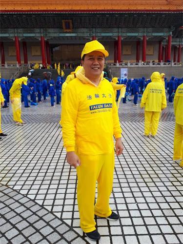 '修炼心得交流会前夕,陈昱炽参加在台北自由广场举行的大型排字及集体炼功活动。'