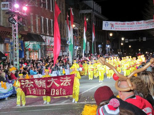 '图1~2:第十年参加费城圣诞游行的法轮功团体,今年由腰鼓队和天国乐团组成'