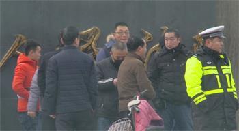 香河法院门前的便衣和警察
