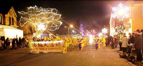 '图5:12月2日,腰鼓队参加PortPerry(市中心的港口佩里)的圣诞游行。'