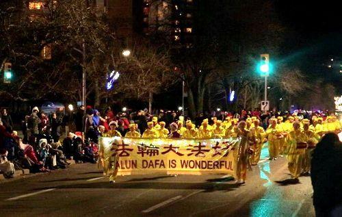 '图10:11月25日,腰鼓队参加了Ajax(阿贾克斯市)的游行。'