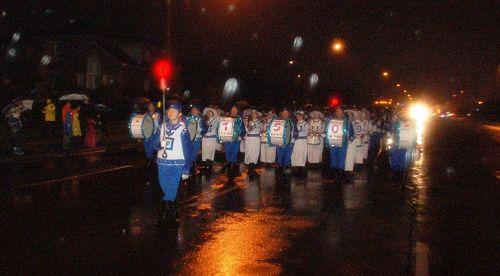 '图12:11月18日,天国乐团和腰鼓队都参加了傍晚6点开始的RichmondHill(列治文山市)圣诞游行'