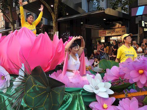 '图1~2:南澳部份法轮功学员受阿德雷德市政府邀请参加国庆庆典及游行受欢迎。'