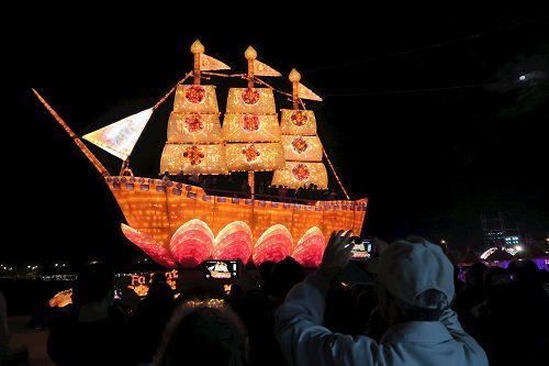 """'图1~2:金碧辉煌的""""法船""""造型花灯吸引众多游客'"""
