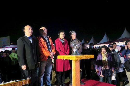 '图3:台湾法轮大法学会理事长张锦华(右二)、前立委李明宪(右一)参与法船花灯点灯仪式。'