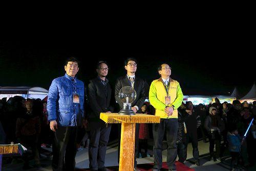 '图4:立委刘建国(右二)、云林县议员蔡岳儒(左一)、虎尾镇镇长林文彬(右一)专注观看法船花灯,等待为花灯点灯。'