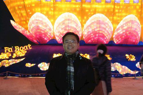 """'图5:云林县议员蔡岳儒开心地表示,整个""""法船""""灯区正面能量很强。'"""