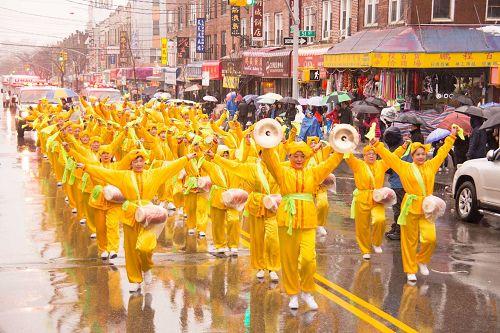 '图1~14:游行队伍在布鲁克林八大道上行进,一眼望去,游行队伍神龙不见尾,场面壮观,震撼人心。'