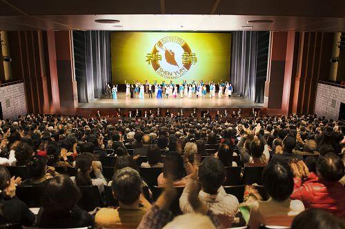 享誉全球的美国神韵纽约艺术团二零一七年一月二十六日在日本京都会馆演出结束谢幕盛况。