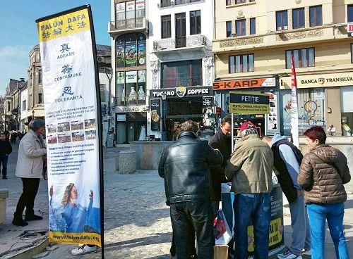 '图1~3:布加勒斯特法轮功学员在市中心Statuia Lupoaicei举办了信息日活动,揭露中共活摘法轮功学员器官的罪行,并征集签名制止活摘,许多过往民众驻足了解真相。'