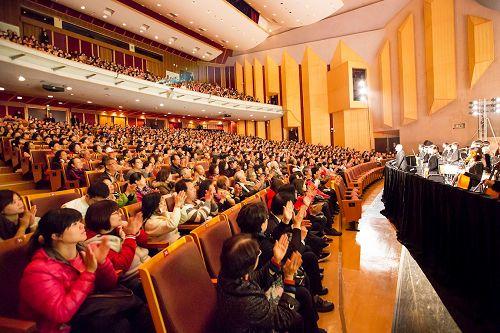 '图2:三月六日至七日于嘉义市政府文化局音乐厅演出三场,场场爆满。图为第三场爆满的盛况。'