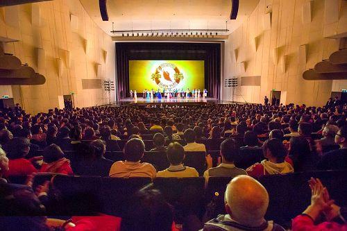 '图3:三月九日至十二日于台南市文化中心演出五场,图为十日晚间爆满的盛况。'
