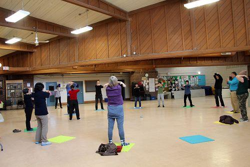 图1-2,法轮功学员在多伦多的社区中心Stan Wadlow clubhouse 举办免费教功和集体炼功活动。