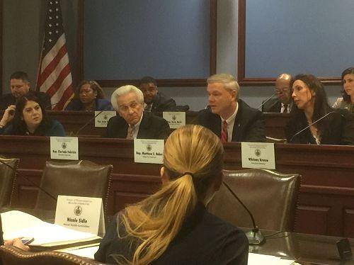 '图1:美国宾夕法尼亚州众议院健康委员会举行关注中共强摘器官的听证会。中排右二为27号决议案发起人、众议院健康委员会主席贝克先生。'