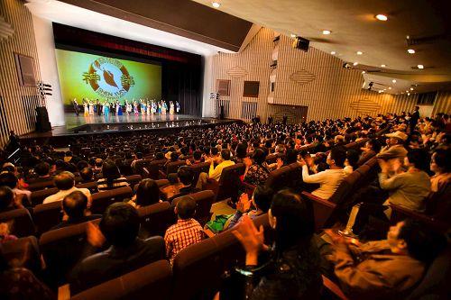 """'图1:三月十七日晚间,神韵纽约艺术团在高雄文化中心演出,场场爆满,创下台湾艺文界一票难求的""""神韵传奇""""。'"""