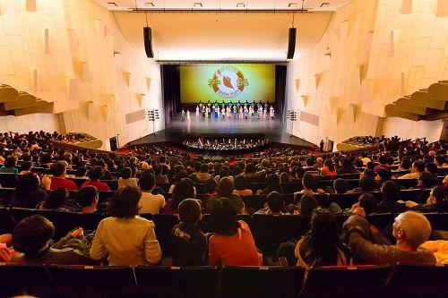 '图2:三月十一日晚间,神韵纽约艺术团在台南文化中心演出谢幕。'