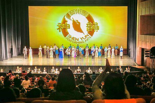 '图3:三月二十一日,神韵艺术团在基隆市文化中心,进行巡演台湾最后一站的两场演出,全场爆满。当地许多知名人士慕名前来观赏。'