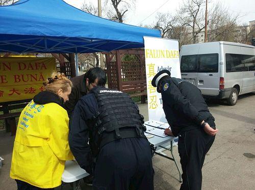 '图1:当地的两名警察正在签名支持'