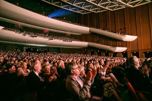 图2:二月二十八日和三月一日,神韵北美艺术团在维吉尼亚州诺福克克莱斯勒厅(Chrysler Hall)的演出爆满。图为三月一日演出爆满的盛况。