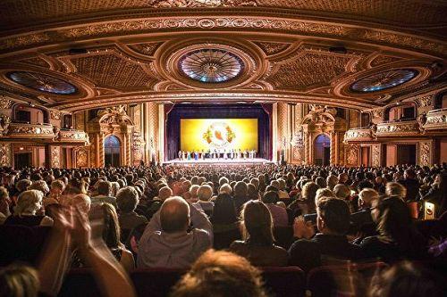 图3:三月四日和五日,神韵世界艺术团被波士顿人引以为豪的博赫王安剧院(Boch Center Wang Theatre)上演了四场演出。虽然当地气温为零下十度左右,不过刺骨的寒风却挡不住观众的热情,演出连续爆满。图为首场演出的盛况。
