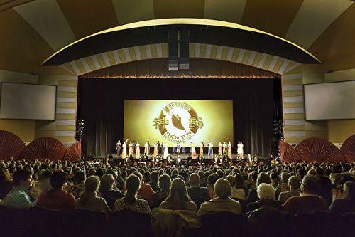 图4: 三月三日至五日,神韵巡回艺术团在美国威斯康辛州密尔沃基市密尔沃基剧院(Milwaukee Theater)上演了4场演出,门票提前售罄。图为第四场演出的现场盛况。