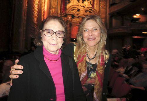图11:著名音乐家Elisabeth Cutler女士(右)与画家兼艺术家Bea女士(左)结伴欣赏了神韵演出后表示,她从神韵故事中感受到爱与慈悲。