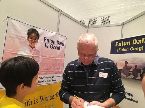 '图3:JanLangekær先生在制止中共活摘器官征签表上签名'