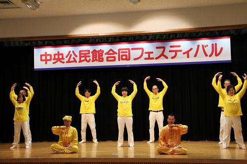 图1-3:法轮功学员在舞台上演示五套功法