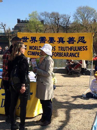图3:法轮功学员在和驻足的民众交谈,传播真相