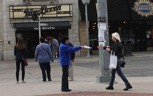 '四月二日星期天下午大底特律地区法轮功学员在密西根大学安娜堡市派发法轮功真相传单。'