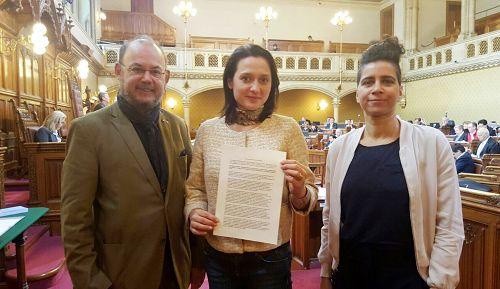 二零一七年四月七日,维也纳市议会全票通过了发对中国非法器官交易的议案。图中是该决议案发起人Gudrun Kugler 。