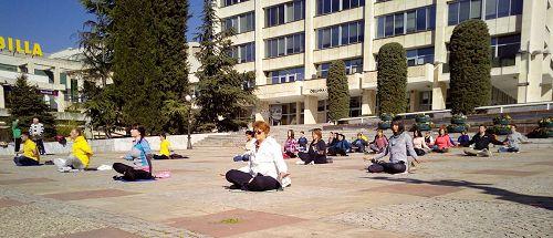 '图5~6:在法会的前一天,二零一七年四月一日,法轮功学员在StaraZagora的市中心广场洪法,向当地民众传播法轮功的真相。'
