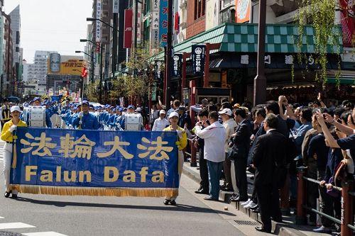 '图2:日本法轮功学员在东京浅草游行'