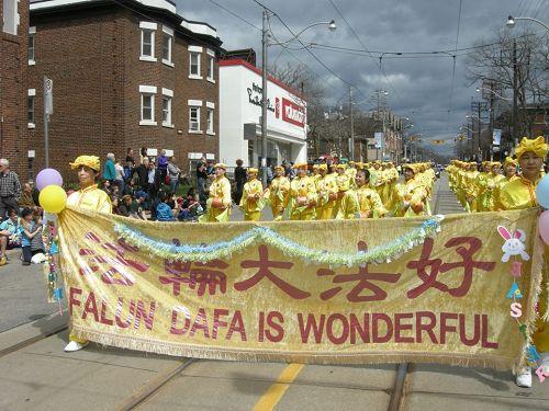 '图1~2:第五十二届多伦多湖滨复活节大游行中行进中的法轮大法腰鼓队'